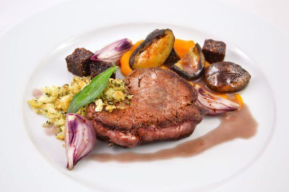 Rinderfilet – Karotte – Kreuzkümmel – Pilze – Feigenjelly – Kräuterbrösel – Schwarzwälder Schinken Sauce | IRRE KOCHEN