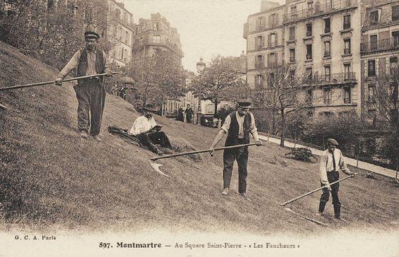 Les petits métiers du Paris d'antan Les faucheurs du square Saint-Pierre, à Montmartre... (vieille carte postale, vers 1900)