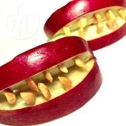 Dentes de vampiro @ allrecipes.com.br - As crianças se divertem com essa guloseima saudável na época do Halloween. Experimente!