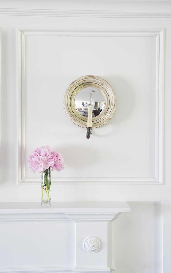 Flor rosa claro com branco e dourado.