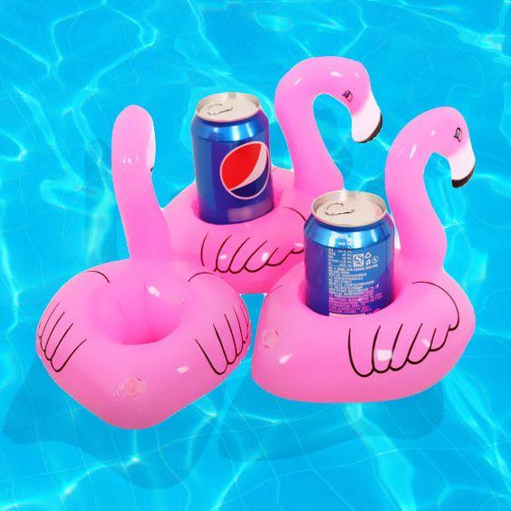 Este porta-copos flutuantes de flamingo garante que você tome suas bebidinhas com estilo. | 10 boias que vão te render muitos likes no Instagram