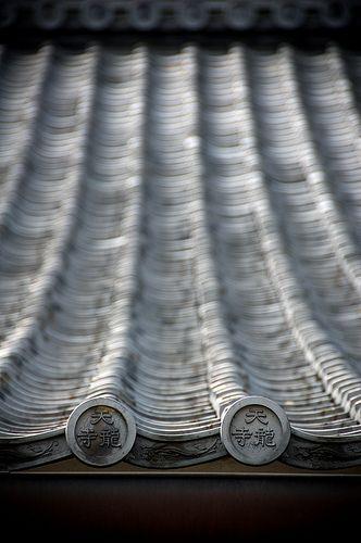 Japanese roof details of Tenryu-ji, Kyoto, Japan: photo by Sushicam, via Flickr
