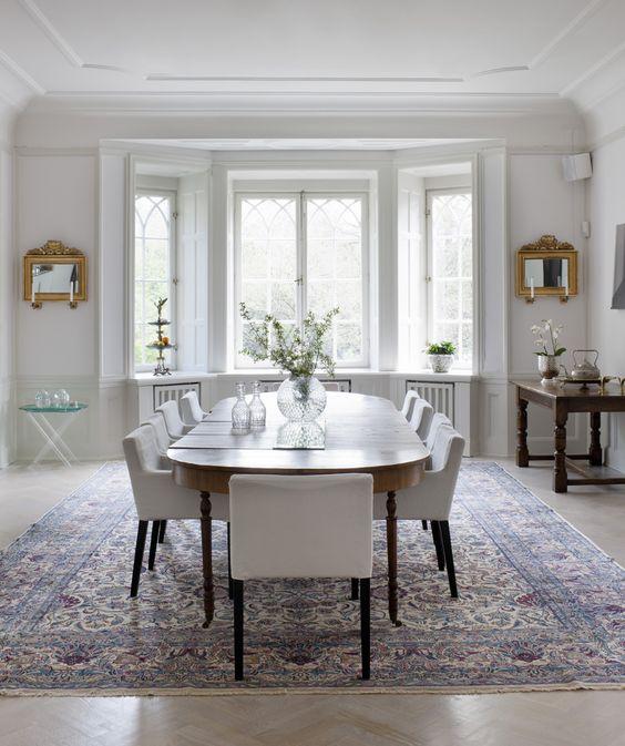 Matplats matplats ikea : Matplats med matsalsbord, arvegods. Stolar från Ikea. Den antika ...