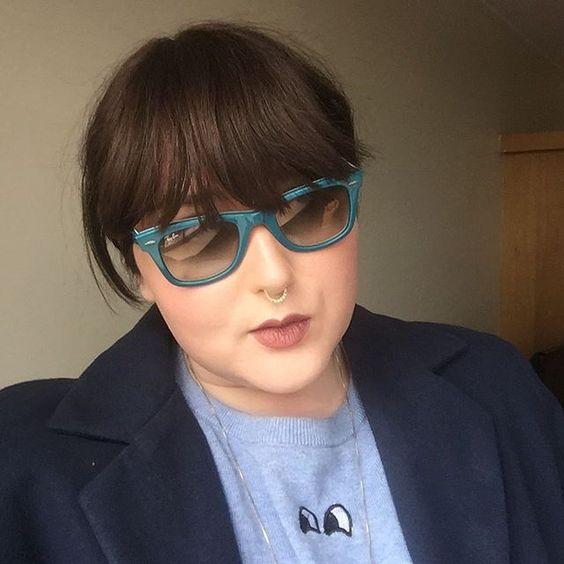 Óculos de sol azul e blazer marinho com moletom cinza