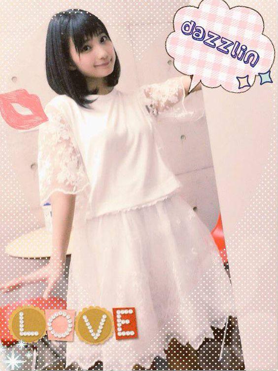 白いワンピースの高野麻里佳さん