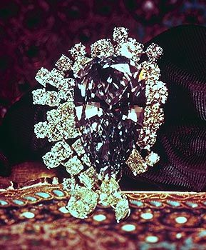 pear cut 25-carat blue diamond that was found in the Premier Diamond Mine in Transvaal, South Africa, the same mine the 3106-carat Cullinan crystal was found in