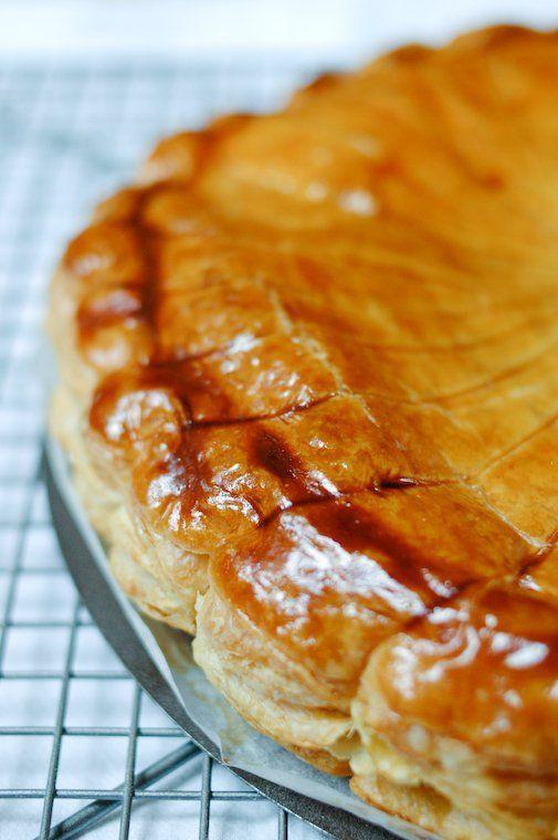 Galette des rois sur Chocolate & Zucchini pas de poudre de noisettes (un peu plus d'amande does the job), 2tsp d'eau de fleur d'oranger, 2tsp de rhum. Travailler dans une cuisine bien fraîche !