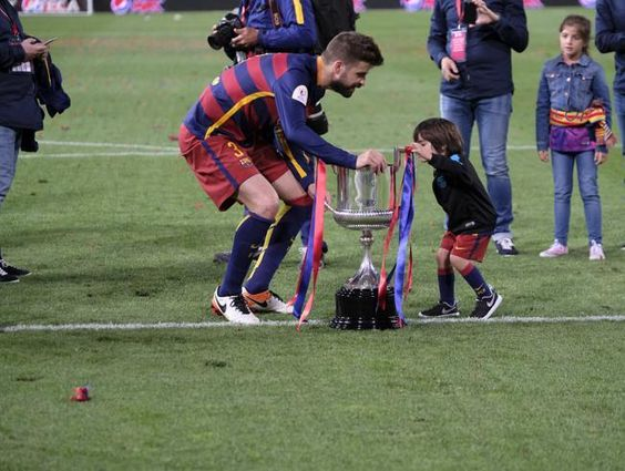Piqué, jugando con el trofeo de la Copa con uno de sus hijos