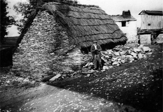 Reigosa, A Pastoriza. Choza e casa con hórreo. Arquivo Ebeling nº 418.