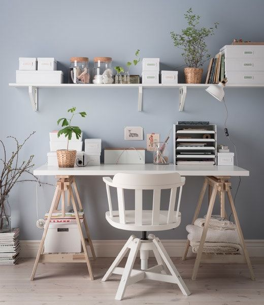 An Organized Desk Without Drawers In White And Light Wood With A Shelf Above It And Lots Of Boxe Arredamento Scrivania Arredamento Scrivania In Camera Da Letto
