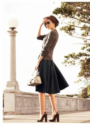ハイヒールにふんわりスカートの女性らしいスタイル。ぴったりめのグレーのトップスは使えそうなアイテムです。