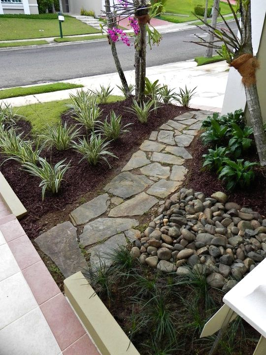 Patio interior o entrada search image search and puerto for Camino de piedras para jardin