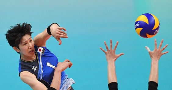 La jugadora surcoreana Lee Jaeyeong (d) intenta bloquear el balón de la japonesa Miyu Nagaoka, en un partido de clasificación de voleibol en el estadio Maracanãzinho, en Río de Janeiro.