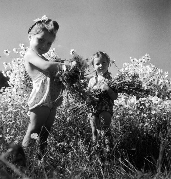 "mignonne-allons-voir-si-la-rose: "" Robert Doisneau // Daisies - Annette Doisneau, Perrette Chaboureau in Summer 1945 """