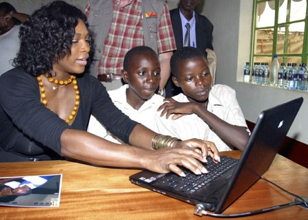 Tennis player Serena Williams joins a computer class at a school named after her in Matooni, south-east of the Kenyan capital Nairobi, Nov. 14, 2008. Williams is in Kenya in her capacity as a Global Ambassador for Hewlett Packard. (Xinhua/Reuters Photo)  #HumanitarianOnTheGo #HumanitarianOTG #charity #givingback #rozOonTheGo
