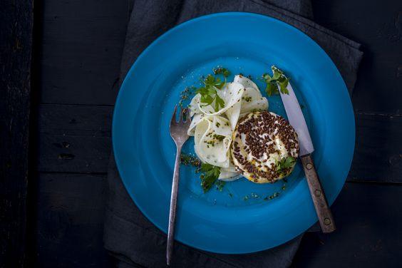 Lenmagos bundában grillezett camembert - feketeretek salátával | A camambert a sajtok egyik legkarakteresebbike, jellegzetes formája és íze könnyen felismerhetővé teszi. Történeténél talán alakja érdekesebb, hiszen egy lágy sajtról beszélünk, amit nemespenész borít. Éppen ezért grillezésre kiválóan alkalmas, lenmaggal borítva egészen különleges ízélményt ad és remek vitaminforrás, hiszen a lenmag a legjobb növényi forrása az Omega 3 és Omega 6 zsírsavaknak. E vacsorához finom vörösbort ...