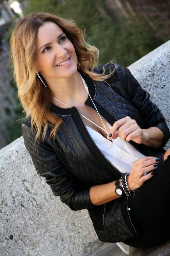 """Ambasciatrice per """"Hola Fashion"""" la blogger spagnola Conchy Copè sfoggia ripped jeans, chiodo in pelle e a contrasto con questo abbigliamento molto street indossa gioielli Luca Barra dal taglio apparentemente classico, dimostrando come giocando con gli stili, si possa dare vita ad outfit decisamente glamour sul suo """"CC fashion"""". #fashionblogger #ccfashion #outfit #look #lucabarragioielli #mood"""