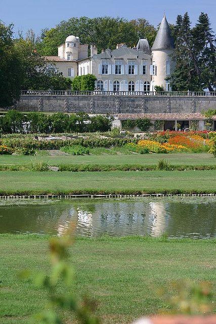 Le Château Laffitte-Rotschild et son jardin paysager, vus depuis la route des châteaux du Médoc, à Pauillac, France