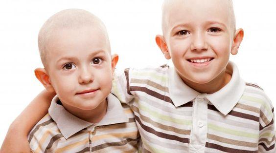 Kind steunt boezemvriend met kanker, scheert ook hoofd kaal