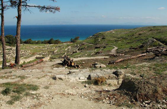 Le site de Camiros  Camiros  est un site archéologique de Rhodes, situé sur la côte nord-ouest de l'île.