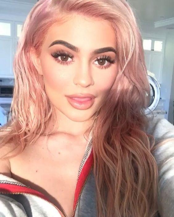 Kylie Jenner entra y deleitate