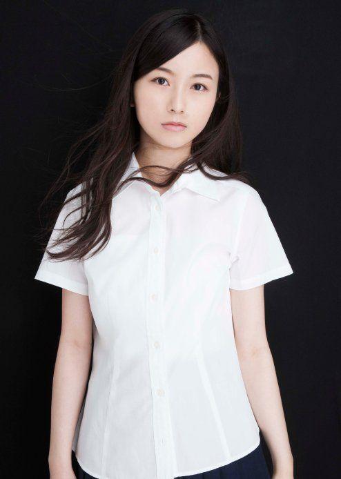 シンプルな衣装の佐々木琴子