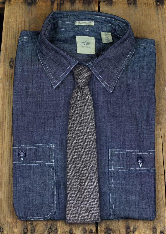 Auch eine super Kombi: Denim und grau. Cooler Materialmix - Jeanshemd mit grob textuierter Woll-Krawatte