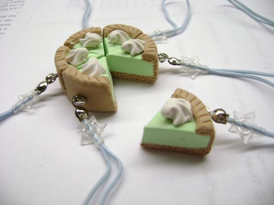 I'm afraid I'm going through a shabby chic phase. Again. Handmade with polymer clay; each charm measures approx. 20 x 15 x 15 mms. See more pictures / Buy