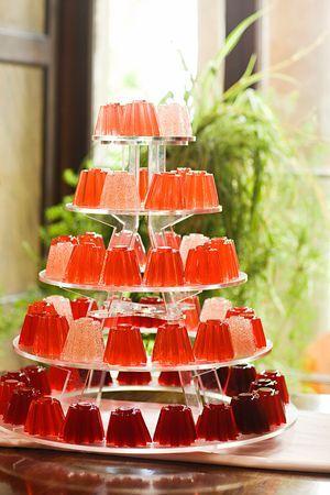 Haz una tarta jugando con gelatinas de diferentes colores. Utiliza una de nuestras bases de tres pisos para cupcakes para exponerlas. Tendrás una idea original y diferente!