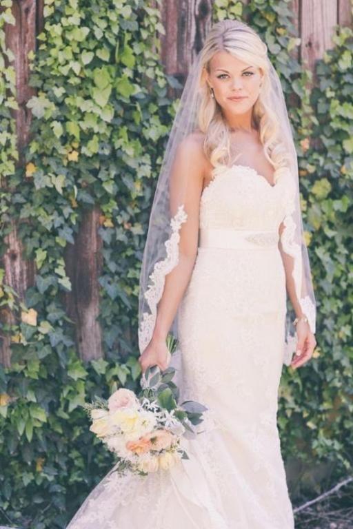 موديلات فساتين زفاف تناسب الطرحة القصيرة مجلة سيدتي لا تكتمل اطلالة العروس الساحرة الا بالطرحة البيضاء التي طالم Wedding Dresses Dresses Wedding Accessories