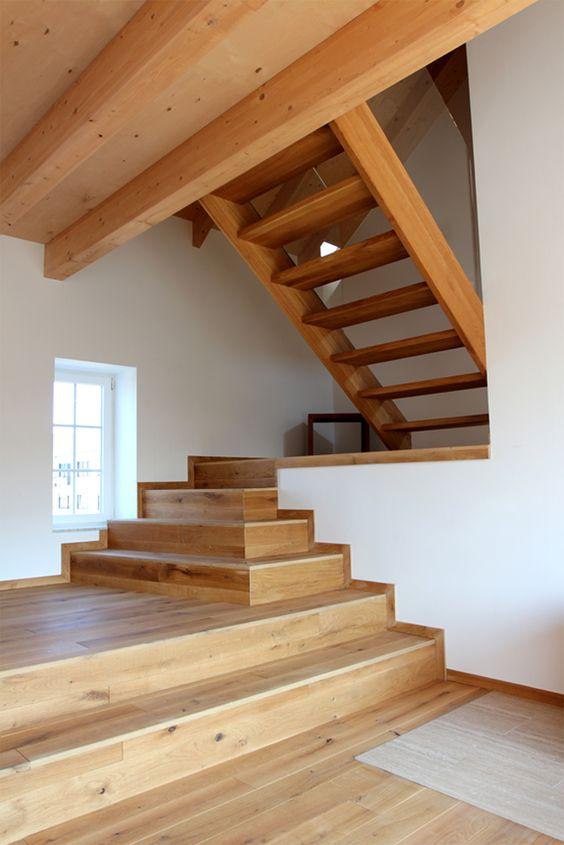Die Treppenskulptur führt nach oben.