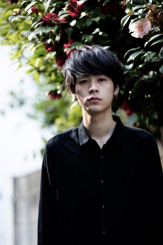 黒シャツの成田凌