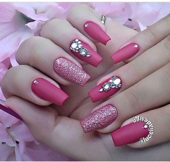 Unhas decoradas com joias 💅🏻 #NailArt #Rosa