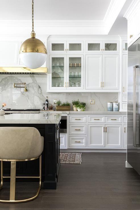 Ubergangs Kuchendesign Mit Weisser Dunstabzugshaube Aus Holz Und Messing In 2020 Transitional Kitchen Design Transitional Kitchen Kitchen Design