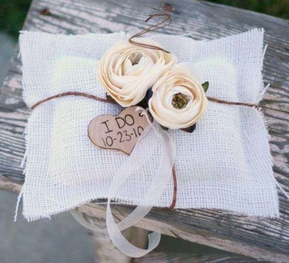 Porta-anillos para alianzas de boda: Las ideas más originales - Cojín con rosas