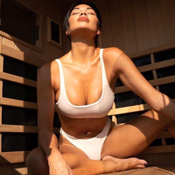 42 yaşındaki Amerikalı şarkıcı Nicole Scherzinger, haftalık detoksunu yapmak için girdiği saunada kağıt kadar ince bikinisi ile çektiği fotoğrafı, sosyal medya hesabından paylaşarak hayranlarını heyecanlandırdı.