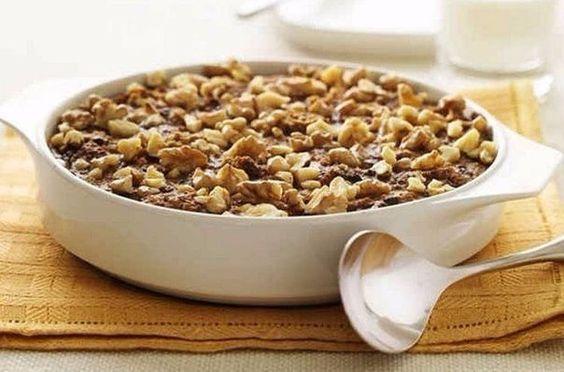 Английский завтрак в микроволновке  Ингредиенты: - полстакана овсяных хлопьев - полстакана молока - полстакана кипятка - 2-3 шт. кураги - 1 ст. ложка изюма - 1 ч. ложка жидкого меда - 1 ч. ложка любых орехов - соль (по вкусу)  Приготовление: 1. Изюм и курагу кладем в тарелку, которую можно использовать в микроволновой печи. 2. Насыпаем овсяные хлопья. 3. Наливаем полстакана холодного молока. 4. Затем полстакана крутого кипятка, перемешиваем и в микроволновку на 2 мин. Опять мешаем закипевшую смесь и еще на 1 мин в печь. 5. Добавляем соль и ложечку меда. 6. Посыпаем молотыми орехами.: