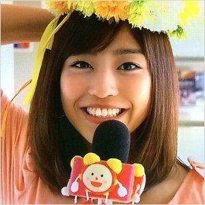 マイクを片手に中継する岡副麻希の美人でかわいい画像