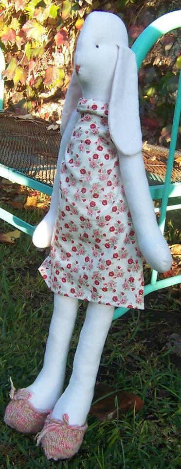Connie, vestida con un vestido floreado y zapatitos tejidos. 88 cm de alto aprox. $ 600.-