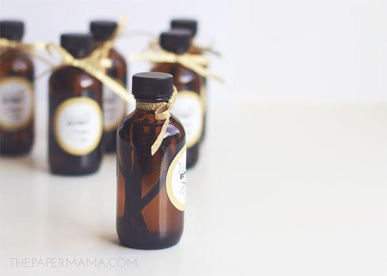 Vanilla Extract Recipe Plus Bottle Label // thepapermama.com