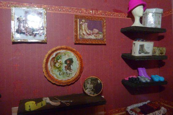 Escena de Atelier de Costura en miniatura. Detalle de chimenea y estantes.