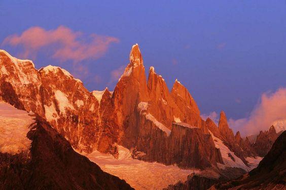 © REX/Image Broker Cerro Torre. Pays : Frontière Argentine-Chili. Altitude : 3 127 mètres. Ses flancs escarpés et la météo violente rendent l'ascension de cette montagne presque impossible.
