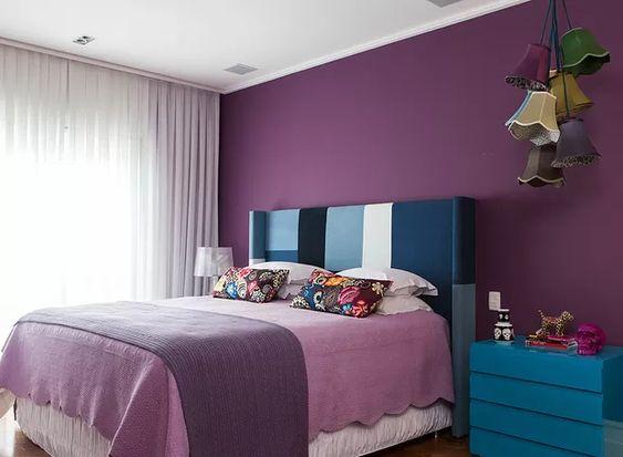 No quarto projetado pela arquiteta Andrea Murao, a cabeceira ganhou patchwork e mesa de cabeceira em tons de azul. Mas o roxo e o lilás são as cores protagonistas do cômodo, estão presentes na parede e na roupa de cama em diferentes gradações (Foto: Lufe Gomes/Editora Globo)