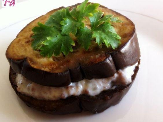 Sanduichinho de Berinjela///Este é um pequeno sanduichinho, que pode ser servido como entrada ou colocado como uma opção de salada. Read more at http://pt.petitchef.com/receitas/entrada/sanduichinho-de-berinjela-fid-1517636#sQZiipKZcIwXeqWH.99