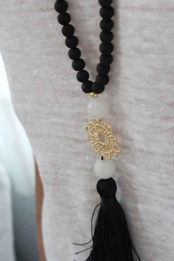 Collar largo negro con borla. Collar blanco y por lizaslittlethings