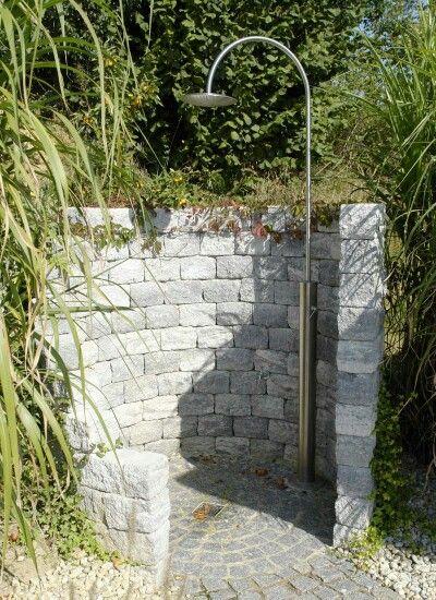 Ideen für den Sichtschutz von Gartenduschen - In diesem rustikalen - gartengestaltung sichtschutz stein