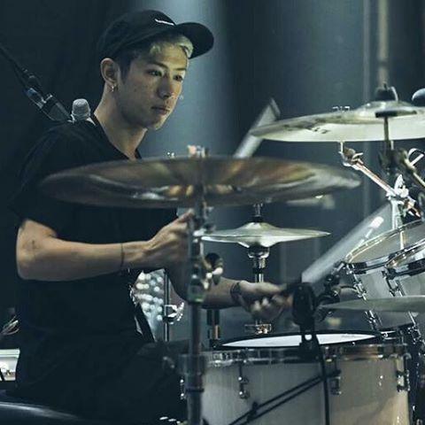 ドラムをたたくTaka