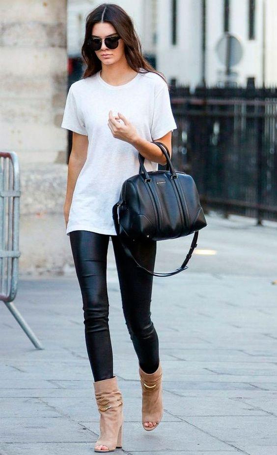 Street style da modelo Kendall Jenner com calça de couro + t-shirt branca.: