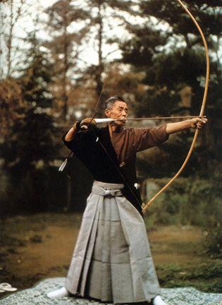 弓を射る大人男性