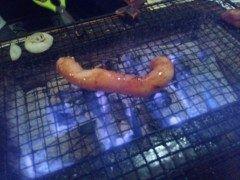 囲炉裏焼きのお店で丸腸を焼いております いつ食べたらいいか判断が難しいですね それにしても美味しそうです tags[福岡県]